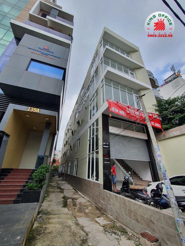 Bạn có thể ngắm nhìn không gian văn phòng, hành lang của tòa nhà và khuôn viên tòa nhà